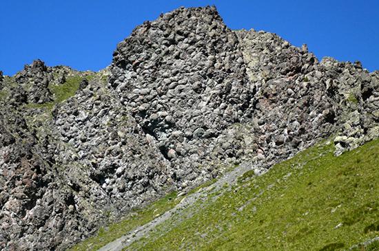 Basaltes en coussins - pillow-lavas - du Mont-Chenaillet, Hautes-Alpes © Annie Cornée